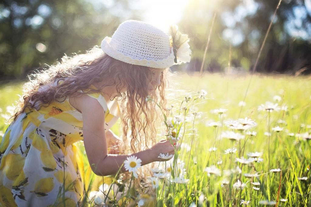 Gemeinsame Aktivitäten mit dem Nachwuchs sind nicht nur gut fürs Gemüt, sondern wirken sich auch positiv aufs Kalorienkonto aus. Selbst das Blumenpflücken verbrennt Kalorien © jill111 / pixabay.com
