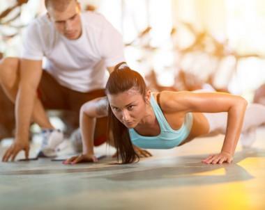 Training mit Personal Trainer c: Fotolia / Mojzes