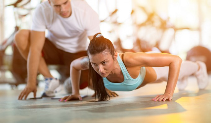 Training mit Personal Trainer c: Fotolia / Mojzes