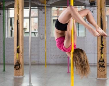 Pole Dance im Fitnessstudio © Photographee.eu / Fotolia.com