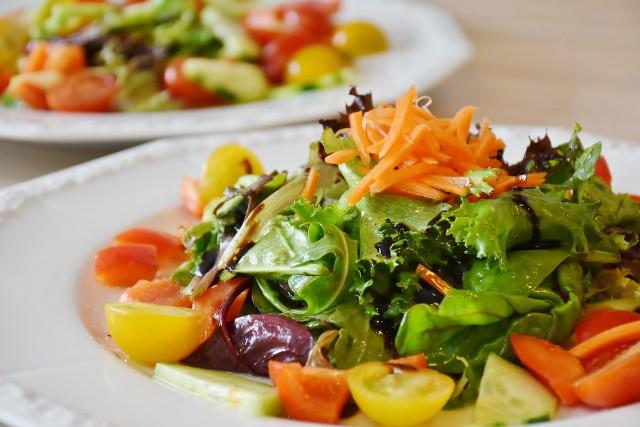 Personal Training: Das sollte häufig auf dem Menüplan stehen: bunter Salat (Bild: Pixabay)