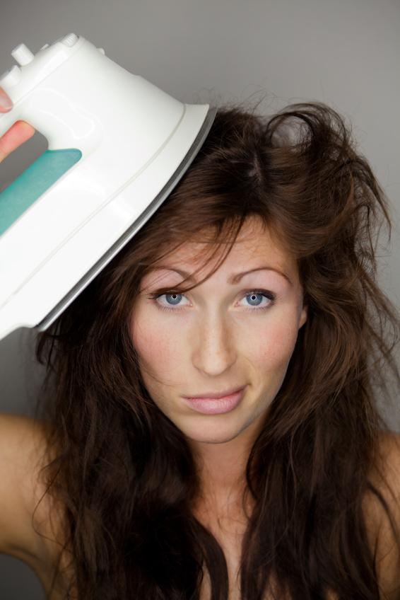 Haare bügeln, Ärmel glätten (c) Fotolia.com