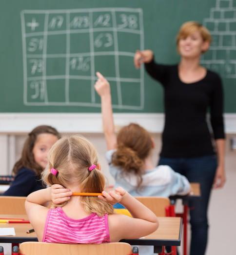 kinder melden sich im unterricht-©-contrastwerkstatt-Fotolia.jpg