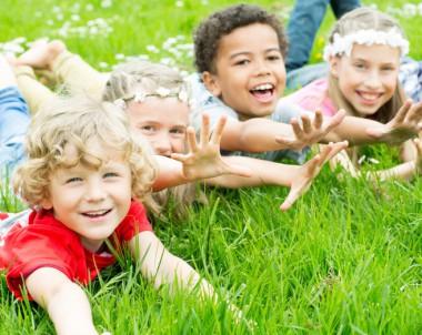 lachende Kinder auf der Wiese © drubig-photo - Fotolia.com