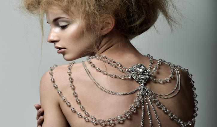 Körperketten: Frau mit aufregender Schulterkette © Svetlana Fedoseeva / Fotolia.com