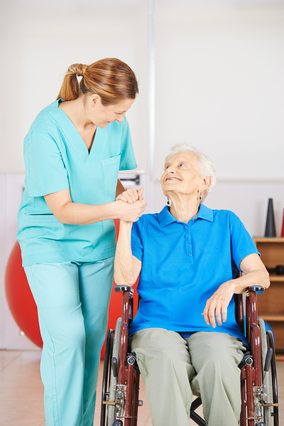 Krankenpflegerin hält Hand einer alten Frau © Robert Kneschke - Fotolia.com