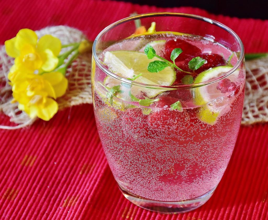 Wer Fruchtschorle selbst herstellt, kann sicher sein, dass kein Zucker zugegeben wurde. Himbeerschorle mit frischen Früchten © RitaE / pixabay.com