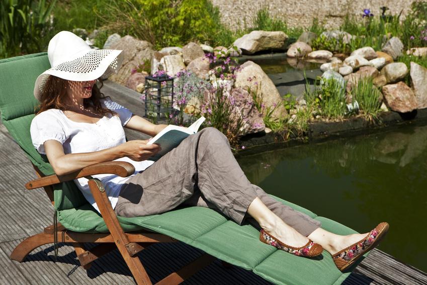 wIm eigenen Garten: Entspannen und die Natur genießen © purplequeu / Fotolia.com