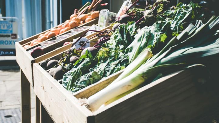 Kiste mit Gemüse aus solidarischer Landwirtschaft © Lisa Davies / pexels.co