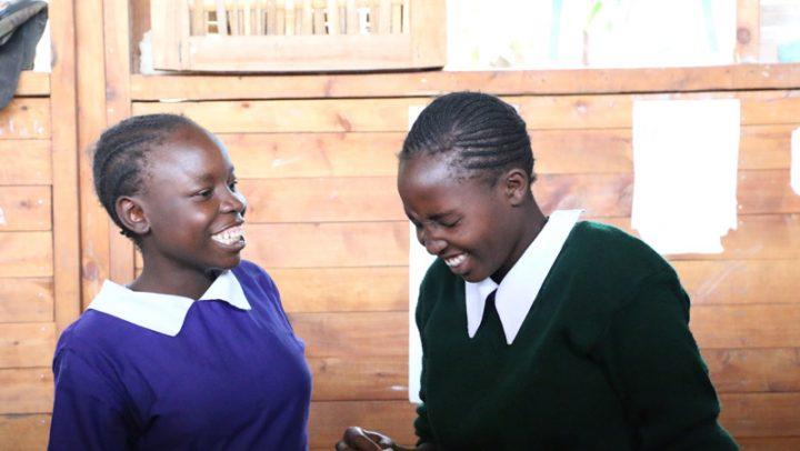 Mädchen erklären einander die Verwendung des Ruby Cup. ©-Ruby-Cup