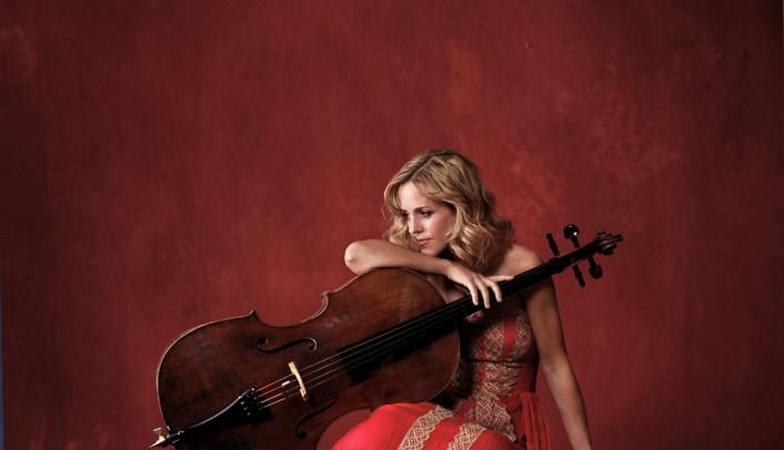Unzertrennlich: Die Musikerin und ihr Instrument - die längste Spielpause bei Starcellistin Sol Gabetta dauert höchstens zwei Tage. Ⓒ Uwe Arens / solgabetta.com