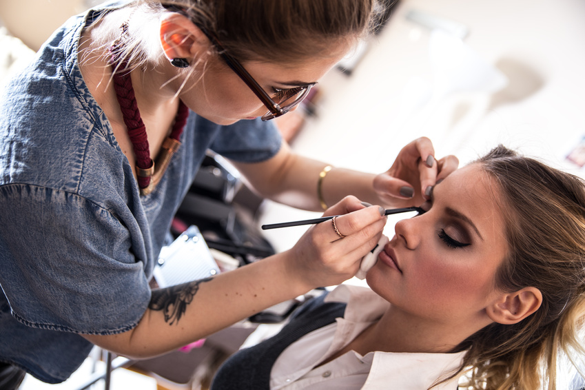 Kosmetik? Make up-Artist im Studio © SolisImages / Fotolia.com