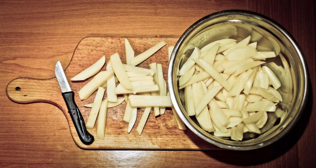 : Bei der Essenszubereitung gilt: Je mehr in Eigenregie hergestellt wird, desto gesünder ist es. Wer Pommes aus Kartoffeln schneidet, in der Heißluftfritteuse herstellt und auf Ketchup statt Mayonnaise setzt, spart mächtig viele Kalorien.  Fettarme Pommes © boguslawbyrski / pixabay.com