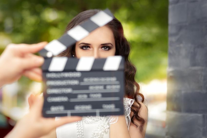 Schauspielagentur: Schauspielerin mit Filmklappe Ⓒ nicoletaionescu / Fotolia.com