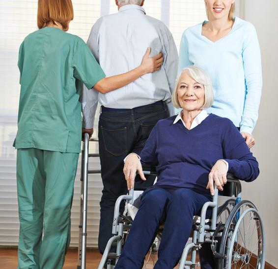 Sozialassistentin hilft bei der Pflege von Senioren Sozialassistentin  Ⓒ Robert Kneschke / Fotolia