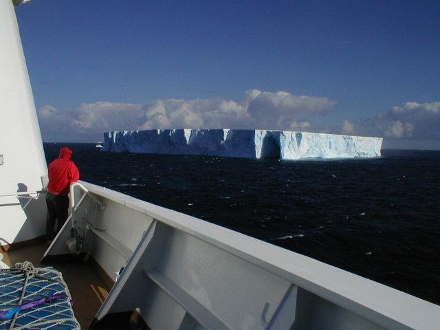 Antarktischer Eisberg vom Expeditionsschiff aus gesehen © Lewis Yeager / freeimages.com