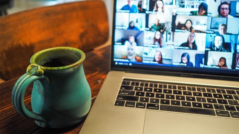 Menschen im Online-Meeting