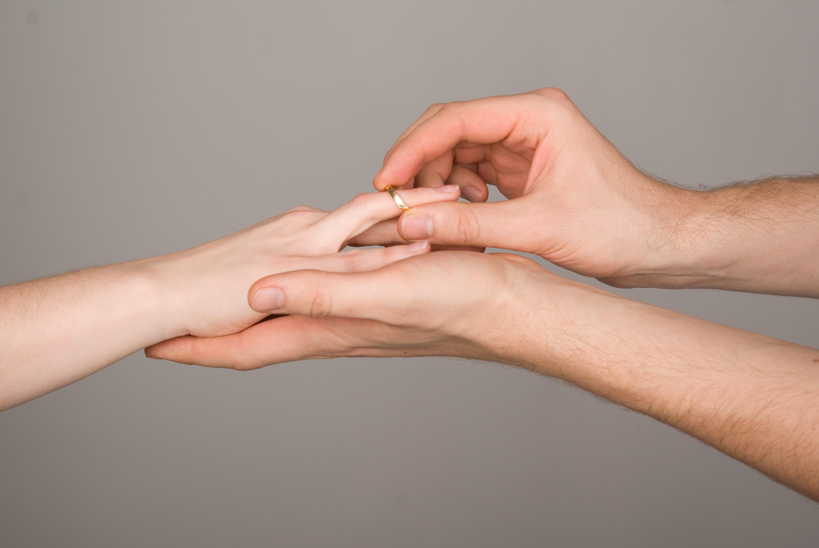 Der überstürzte Heiratsantrag – Frauen entscheiden rationaler als Männer